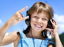Szczęśliwa mała dziewczynka w hełmofonach fotografia royalty free