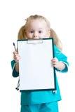 Szczęśliwa mała dziewczynka w lekarka mundurze z medycznym Zdjęcia Royalty Free