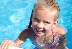 Szczęśliwa mała dziewczynka w pływackim basenie obraz royalty free