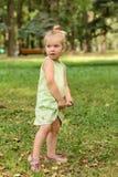 Szczęśliwa mała dziewczynka w parku obraz stock