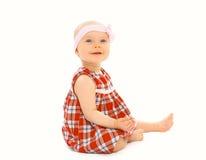 szczęśliwa mała dziewczynka w smokingowym obsiadaniu na whi zdjęcia royalty free