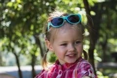 Szczęśliwa mała dziewczynka z śmiesznym uśmiechem Zdjęcia Royalty Free