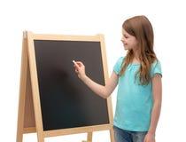 Szczęśliwa mała dziewczynka z blackboard i kredą fotografia royalty free