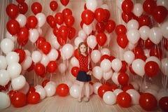 Szczęśliwa mała dziewczynka z czerwonych i bielu balonami Zdjęcia Royalty Free