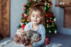 Szczęśliwa mała dziewczynka z psem Obraz Royalty Free