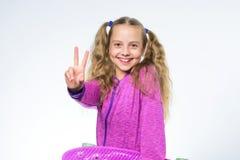Szczęśliwa mała dziewczynka z purpurową deską Modnisia dziecko z cent deską odizolowywającą na bielu Sport i aktywność haw zdjęcie royalty free