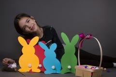 Szczęśliwa mała dziewczynka z Wielkanocnymi jajkami Zdjęcie Stock