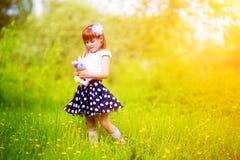 Szczęśliwa mała dziewczynka z zabawką w rękach mieć zabawę w S fotografia stock