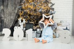 Szczęśliwa mała gwiazda Nowy Rok 2018, boże narodzenia Uśmiechnięta śmieszna dwa roczniaka dziewczynka Obraz Stock