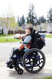 Szczęśliwa mała niepełnosprawna chłopiec w wózku inwalidzkim Obrazy Stock
