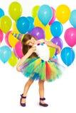 Szczęśliwa małe dziecko dziewczyna z kolorowymi balonami dalej Zdjęcie Stock