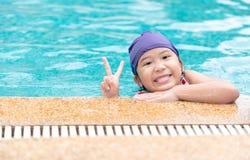 Szczęśliwa małej dziewczynki odzieży i uśmiechu pływacka nakrętka Zdjęcie Royalty Free