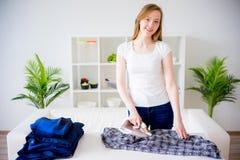 Szczęśliwa macierzysta robi pralnia zdjęcie stock