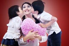 Szczęśliwa mama całująca dziećmi Obraz Royalty Free