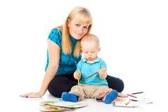 Szczęśliwa mama i dziecko relaksujemy Zdjęcia Royalty Free