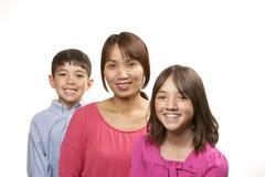 Szczęśliwa mama, szczęśliwi dzieciaki Zdjęcia Royalty Free
