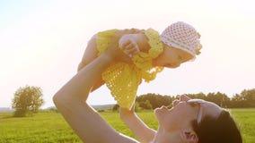 Szczęśliwa mama trzyma jej dziewczynki, zwolnione tempo strzał zbiory