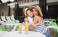 Szczęśliwa mamy i dzieciaka udzielenia miłość w wydziałowym sklepie obraz stock