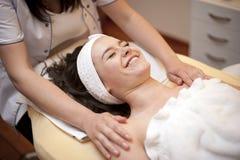 szczęśliwa masażu zdroju kobieta Zdjęcie Royalty Free