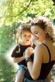Szczęśliwa matka ściska wpólnie z córki jednakowym spojrzeniem obrazy royalty free