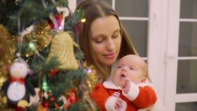 Szczęśliwa matka świętuje boże narodzenia z dziecko córką najpierw zdjęcie wideo