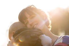 Szczęśliwa matka cuddling jej młodego niemowlaka Obraz Royalty Free