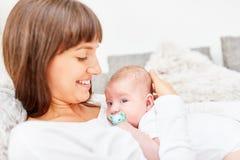 Szcz??liwa matka czule trzyma dziecka w ona r?ki zdjęcie royalty free