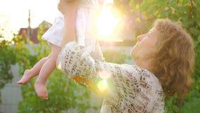 szczęśliwa matka dziewczynki Dziecko z uśmiechniętą twarzą macha na matek rękach Obiektywu odbicie zbiory wideo