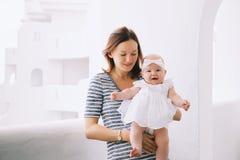 Szczęśliwa matka i śliczna dziewczynka Obrazy Royalty Free