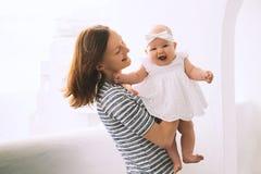 Szczęśliwa matka i śliczna dziewczynka Zdjęcia Royalty Free