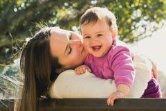 Szczęśliwa matka i córka bawić się przy parkiem Zdjęcie Royalty Free