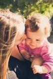 Szczęśliwa matka i córka bawić się przy parkiem Zdjęcia Royalty Free