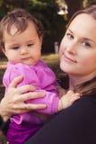 Szczęśliwa matka i córka bawić się przy parkiem Zdjęcie Stock
