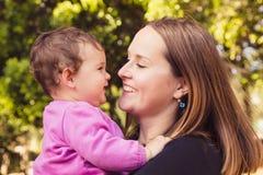 Szczęśliwa matka i córka bawić się przy parkiem Obrazy Royalty Free