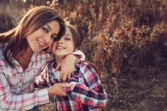 Szczęśliwa matka i córka na spacerze na lata polu Rodzinny wydatki wakacje plenerowy Fotografia Stock