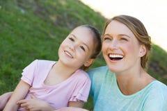 Szczęśliwa matka i córka przy parkiem fotografia stock