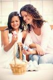 Szczęśliwa matka i córka trzyma Easter jajka zdjęcie royalty free