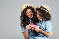 szczęśliwa matka i córka z różowym prezenta pudełkiem dla matka dnia Obrazy Royalty Free