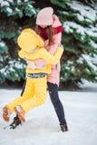 Szczęśliwa matka i dzieciak cieszymy się zima śnieżnego dzień Zdjęcia Royalty Free