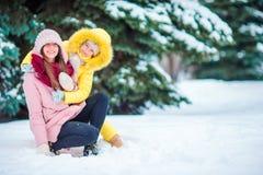 Szczęśliwa matka i dzieciak cieszymy się zima śnieżnego dzień Fotografia Stock