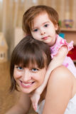 Szczęśliwa matka i dzieciak indoors Obrazy Stock