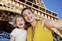 Szczęśliwa matka i dziecko bierze selfie przed wieżą eifla Obraz Stock