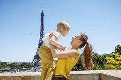 Szczęśliwa matka i dziecko ma zabawa czas przeciw wieży eifla Obrazy Royalty Free