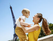 Szczęśliwa matka i dziecko ma zabawa czas przeciw wieży eifla Obraz Stock