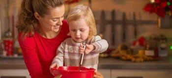 Szczęśliwa matka i dziecko trzepie ciasto w bożych narodzeniach kuchennych Fotografia Royalty Free