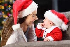 Szczęśliwa matka i dziecko w bożych narodzeniach zdjęcia stock