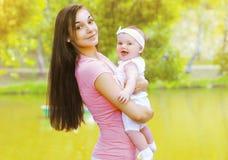 Szczęśliwa matka i dziecko w lecie Obraz Royalty Free