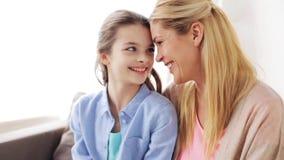 Szczęśliwa matka i dziewczyna patrzeje each inny zbiory wideo