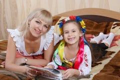 Szczęśliwa matka i mała córka Fotografia Royalty Free