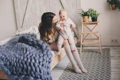 Szczęśliwa matka i 8 miesięcy stary dziecko bawić się w domu i relaksuje w sypialni w ranku Zdjęcia Royalty Free